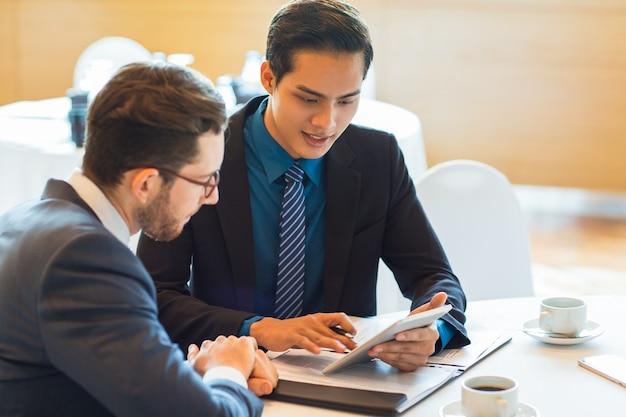 Deux partenaires commerciaux de contenu discutent le problème Photo gratuit