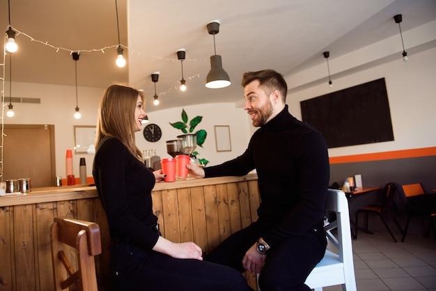 Deux personnes au café profitant du temps passé ensemble. Photo Premium