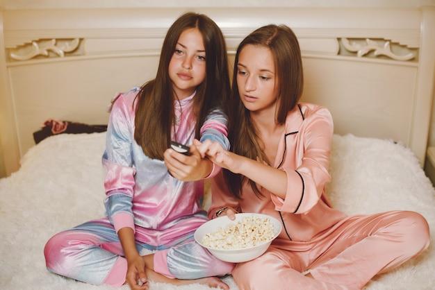 Deux petites filles en pyjama Photo gratuit