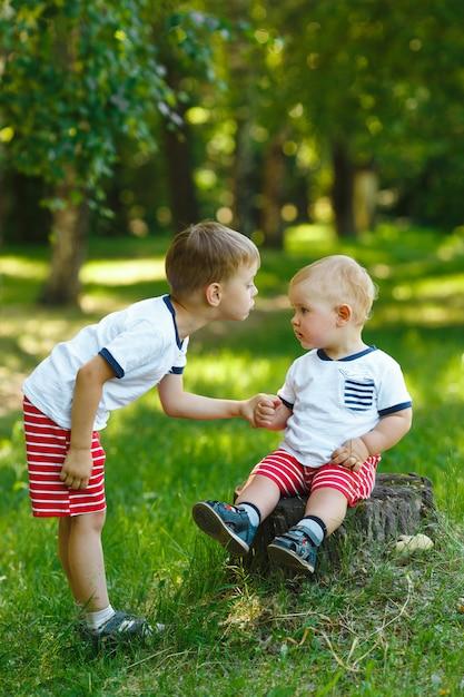 Deux Petits Frères Dans Le Parc Photo Premium