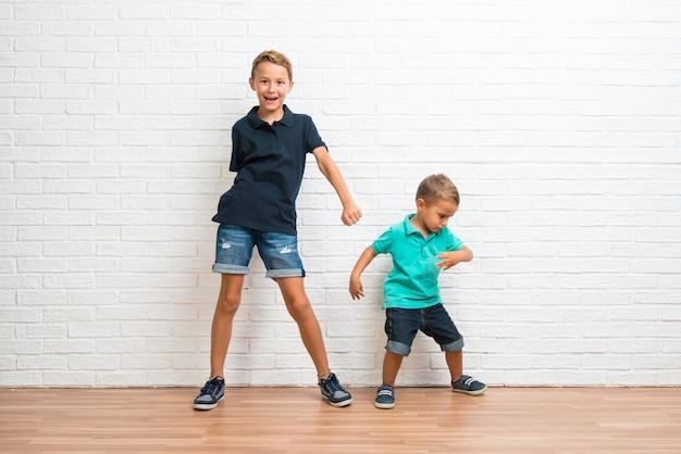 Deux petits frères danser Photo Premium