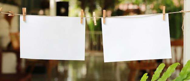 Deux photos instantanées vierges suspendues sur une corde à linge. Photo Premium