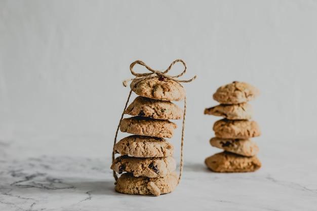 Deux Piles De Biscuits Aux Canneberges Et à L'avoine Attachés Avec Un Fil Photo Premium