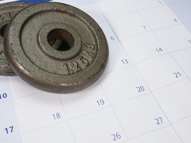 Deux plaques de poids sur un calendrier Photo Premium