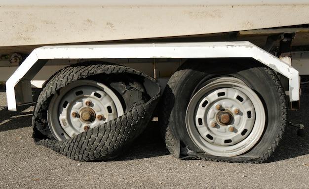 Deux pneus totalement détruits sur une remorque Photo Premium