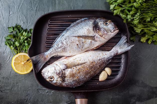 Deux poissons crus dorado aux épices et au citron. Photo Premium
