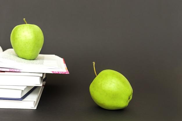 Deux Pommes Vertes Et Livres Ouverts Photo Premium
