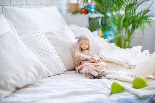 Deux poupées faites à la main avec des textiles ressemblent beaucoup à des êtres vivants Photo Premium