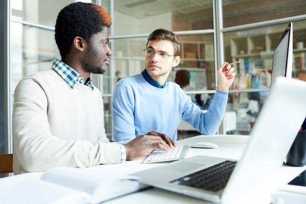 Deux Programmeurs Informatiques Travaillant Au Bureau Photo Premium