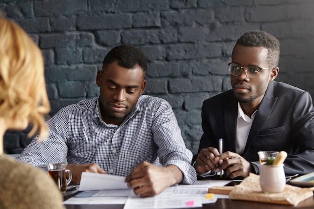 Deux Recruteurs Africains Interviewent Une Candidate Méconnaissable Photo gratuit