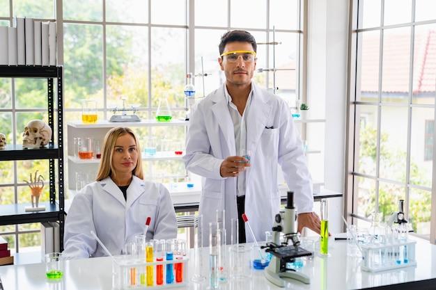 Deux scientifiques expérimentent dans la salle des sciences Photo Premium