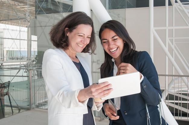 Deux, souriant, femmes affaires, utilisation, de, tablette Photo gratuit