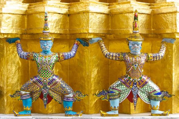 Deux statues géantes dans le temple du bouddha d'émeraude, bangkok, thaïlande Photo Premium