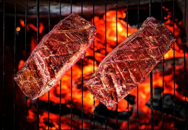 Deux steaks de boeuf sur le gril Photo Premium