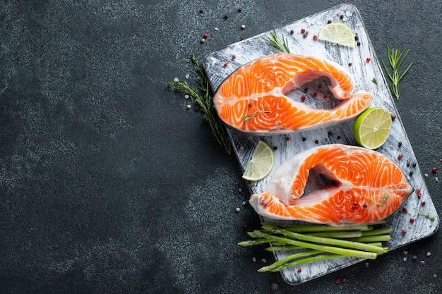 Deux steaks de saumon ou de truite frais crus. Photo Premium