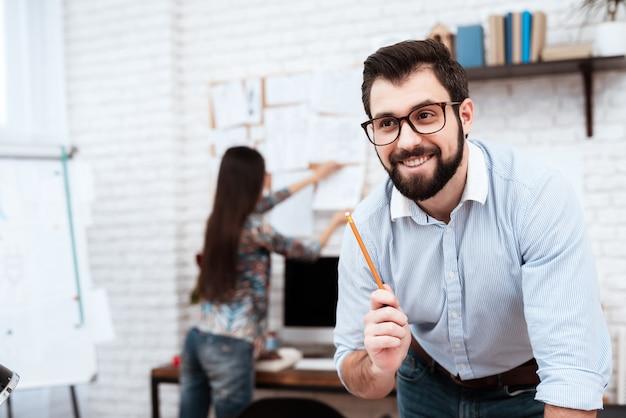 Deux stylistes dessinant au crayon. Photo Premium