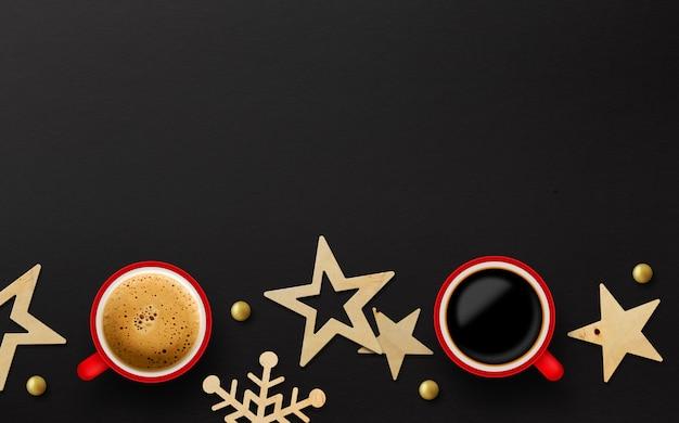 Deux Tasse De Café Rouge Et Décoration De Noël Sur Fond De Papier Noir Photo Premium