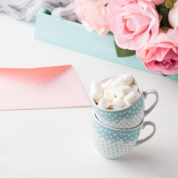 Deux tasses à café avec carte de guimauve pour la saint-valentin ou mère femme. Photo Premium