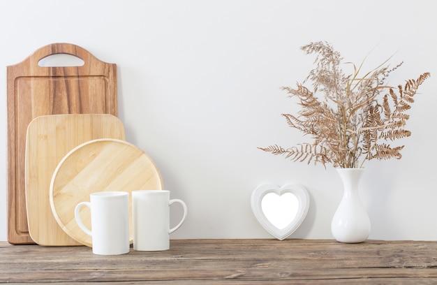 Deux Tasses Et Fleurs Séchées Dans La Cuisine Blanche Photo Premium