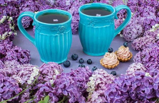 Deux tasses de thé et deux gâteaux Photo Premium