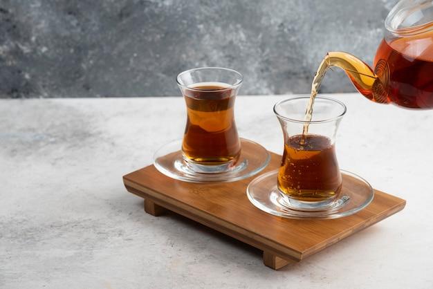 Deux Tasses En Verre De Thé Avec Théière Sur Planche De Bois. Photo gratuit