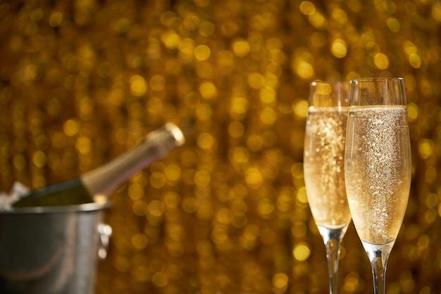 Deux Verre De Champagne Sur Le Bokeh De Noël Photo Premium