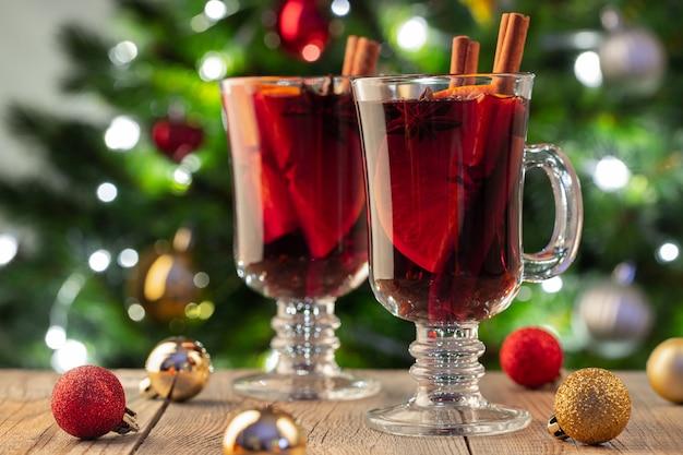 Deux verre de vin chaud de noël ou gluhwein. Photo Premium