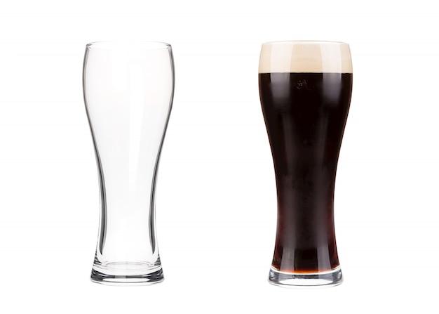 Deux verres à bière isolés on white Photo Premium