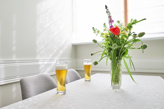 Deux Verres De Bière Sur La Table, Table D'accueil Avec Des Chaises Près De La Fenêtre Photo Premium
