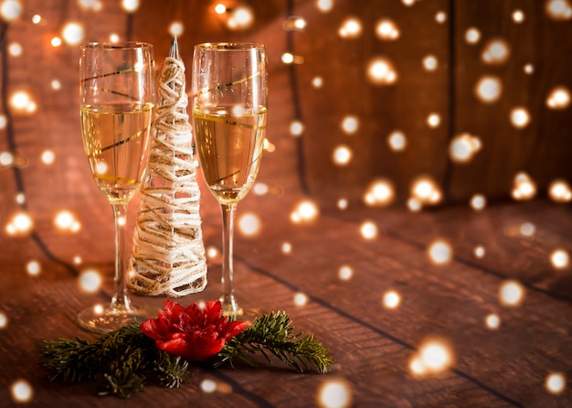 Deux Verres à Champagne Et Décoration De Noël Et Lumières Photo Premium