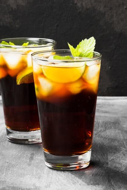 Deux verres de cocktail cuba libre Photo Premium