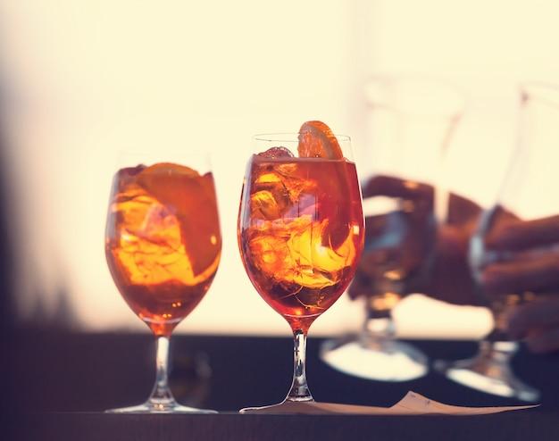 Deux verres de cocktail spritz Photo Premium