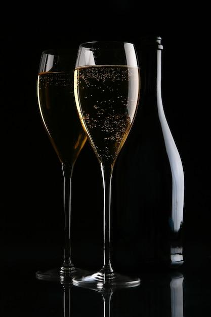 Deux verres élégants avec champagne doré Photo gratuit