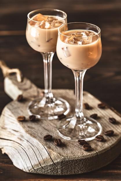 Deux Verres De Liqueur De Crème Irlandaise Photo Premium