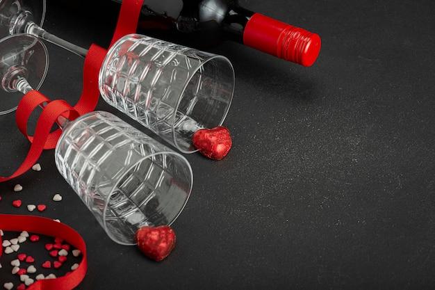 Deux Verres, Ruban Rose, Ruban Coeur, Verre à Vin En Verre, Bouteille De Vin, Verres, Vin, Champagne, Ruban Rouge, Saint Valentin Photo Premium