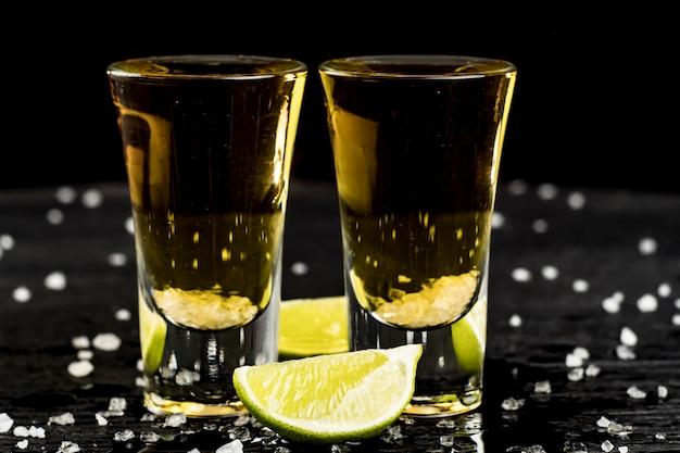 Deux Verres De Tequila Au Citron Vert Et Sel Photo Premium