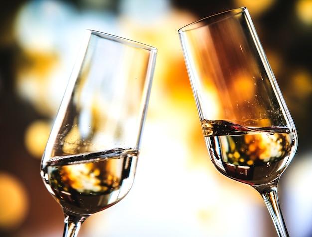 Deux verres de vin mousseux Photo gratuit