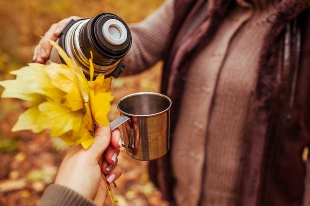 Deux voyageurs prenant le thé dans la forêt d'automne Photo Premium