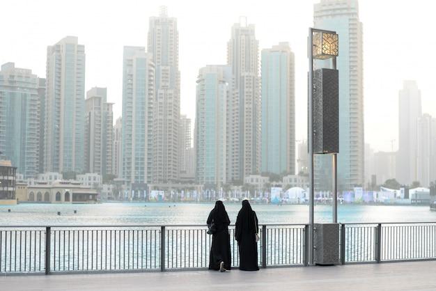 Deux weman dans la rue. à dubai. voyage lifestyle .panorama Photo Premium