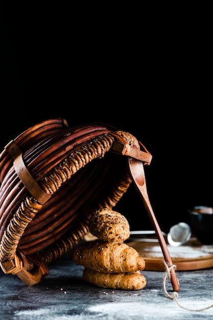 Devant, croissants, et, panier, sur, table Photo gratuit