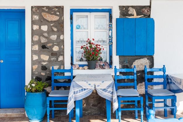 Devant une maison traditionnelle à santorin Photo Premium