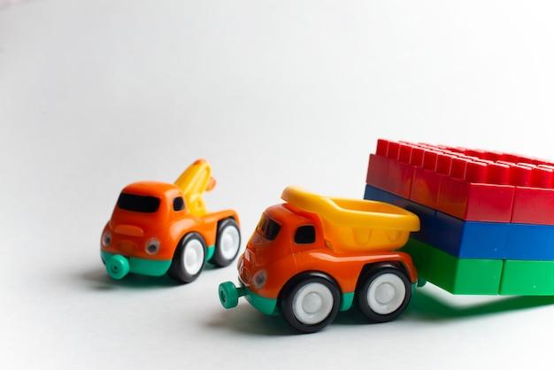 Développement des enfants, blocs de construction, construction de bâtiments et camions Photo Premium