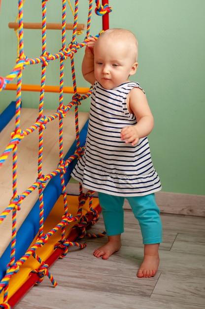 Développement physique de l'enfant. complexe de sport pour enfants à la maison. exercice sur simulateur. mode de vie sain Photo Premium