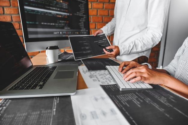 Développement de programmeurs lisant des codes informatiques développement technologies de conception et de codage de sites web. Photo Premium