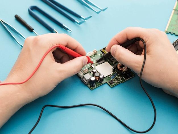 Diagnostiquer un circuit avec un multimètre Photo gratuit