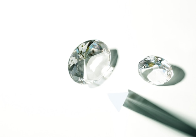 Diamant en cristal transparent isolé sur fond blanc Photo gratuit