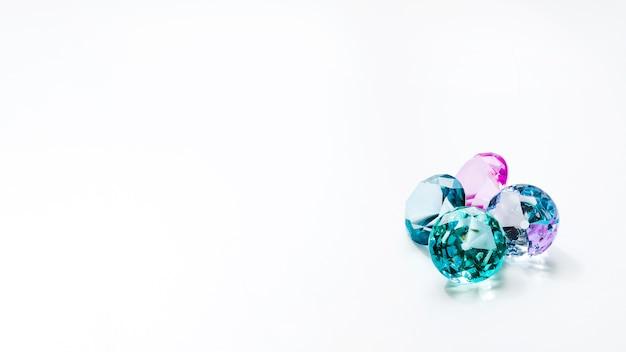 Diamants scintillants sur fond blanc Photo gratuit