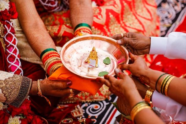 Dieu Shri Krishna Sculpture Dorée En Plaque De Cuivre Photo Premium