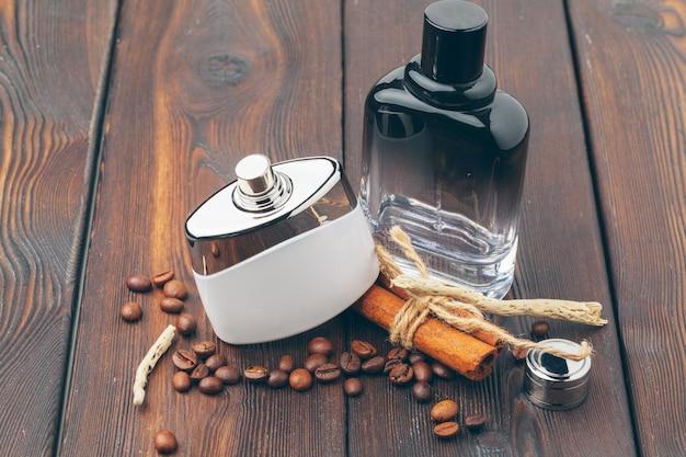 Différentes bouteilles de parfum sur le bois Photo Premium