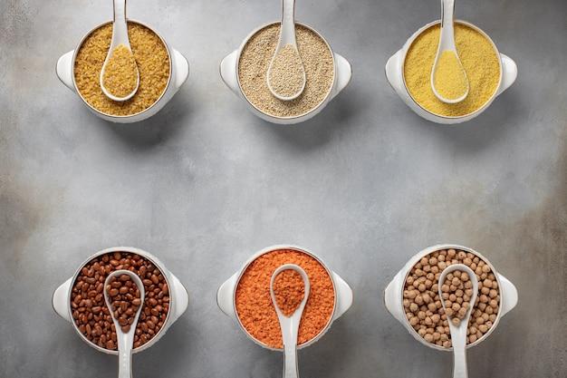 Différentes Céréales Dans Des Bols (couscous, Haricots, Quinoa, Boulgour, Lentilles, Pois Chiches) Des Aliments Sains, Photo Premium